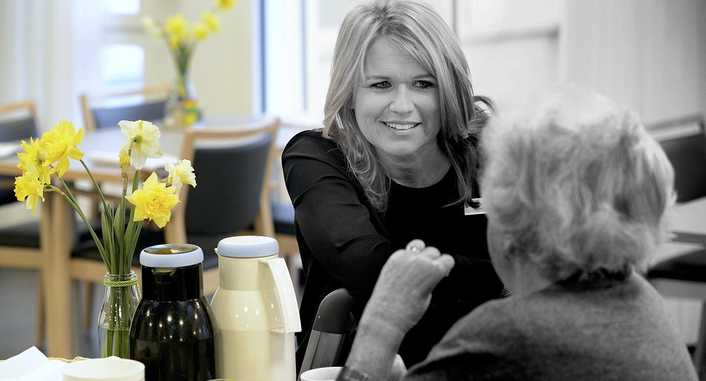 Kathrin Rauchenstein, Pflegedienstleiterin im Gespräch mit einer Bewohnerin des Engelhof