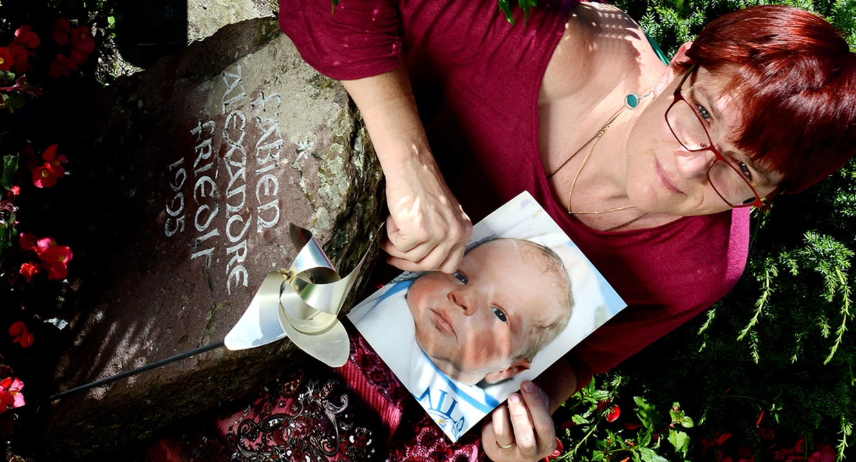 Kindstod. Christine Friedli-Koch am Grab ihres Sohnes Fabien.