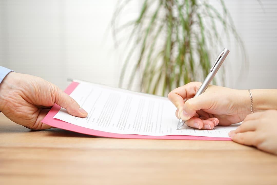 Öffentliche Beurkundung: Ein Vertrag liegt auf dem Tisch.