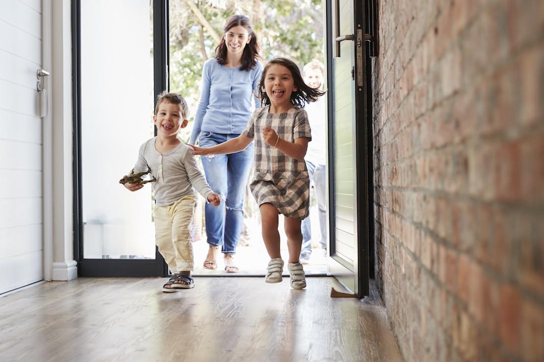Wohnrecht: Familie kommt nach Hause und ist glücklich