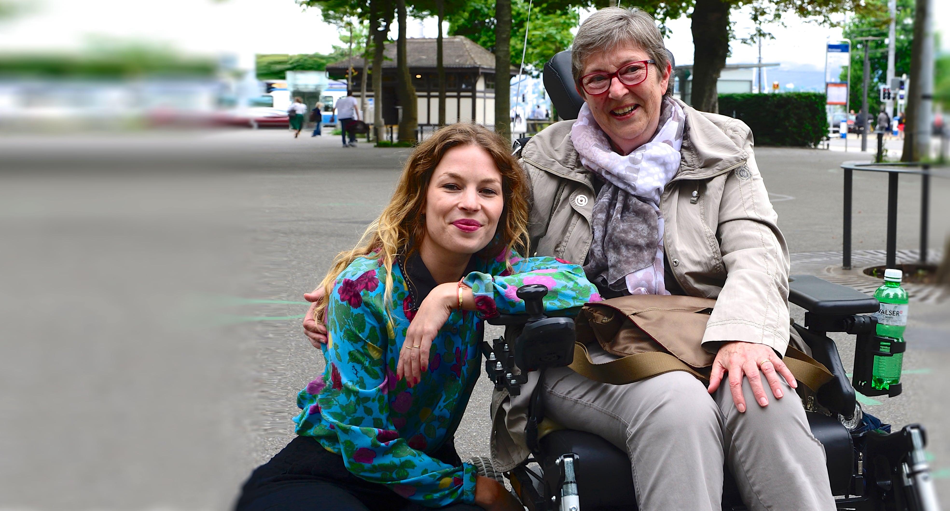 Anna Rossinelli (l.) und ALS-Patientin Dorette Lüdi