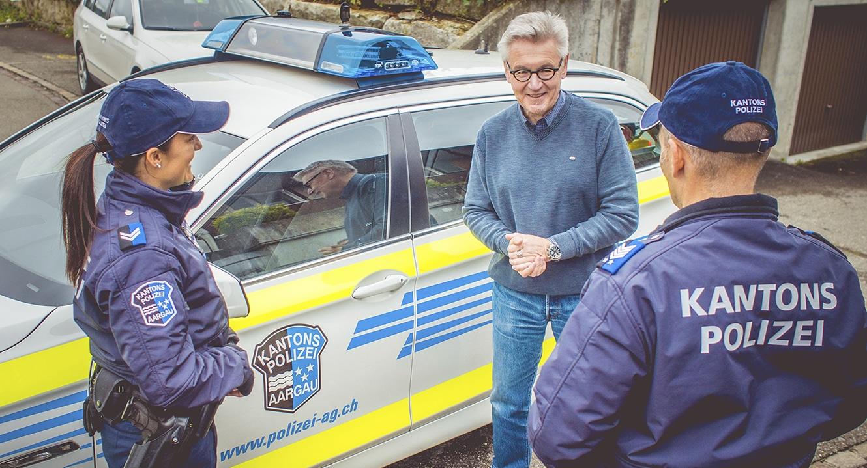 Polizistin und Polizist der Kapo Aargau mit Polizei Psychologe Horst Hablitz.