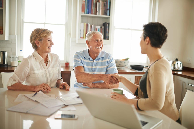 Schenkungssteuer: Ein Ehepaar sitzt am Tisch und lässt sich beraten.
