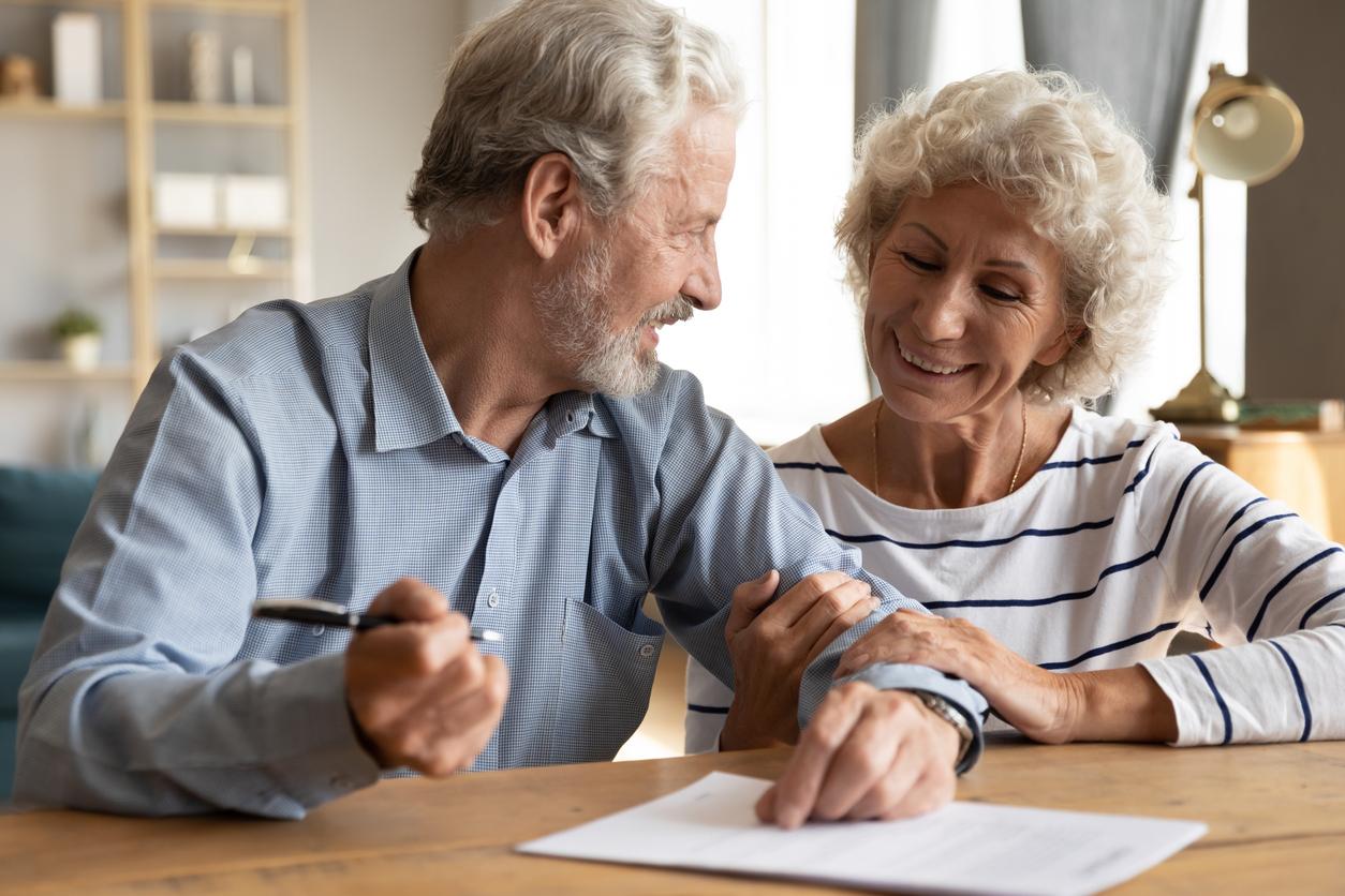 Das handschriftliche Testament: Mann und Frau sitzen am Tisch und schreiben ihr Testament.