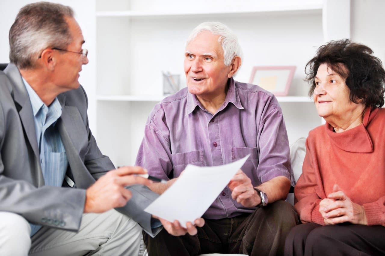 Älteres Paar bespricht mit Ihrem Finanzberater