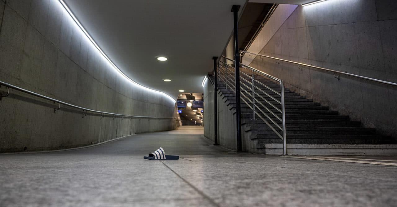 Corona-Zeit: einsame Adilette im Bahnhof Bern