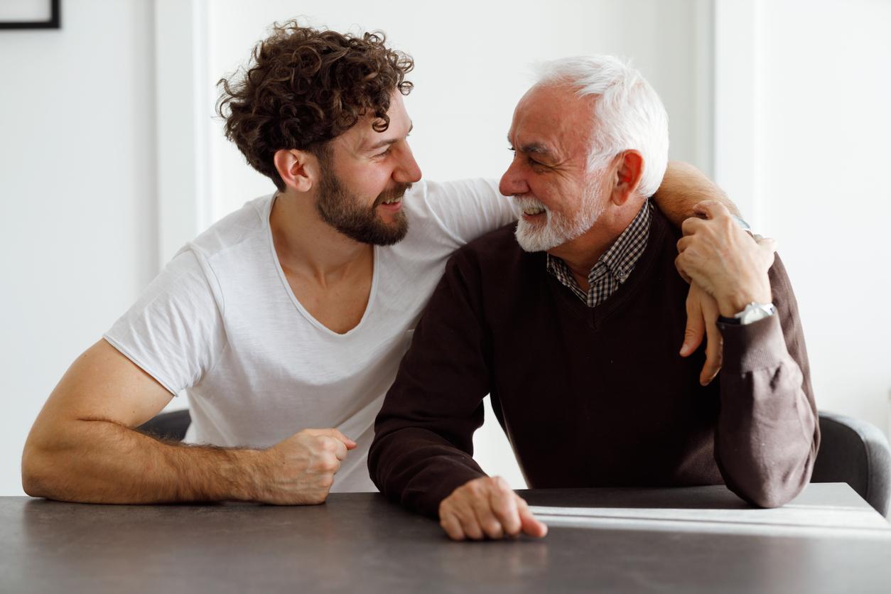 Die Erbrechtsrevision: Vater und Sohn nehmen sich in den Arm.