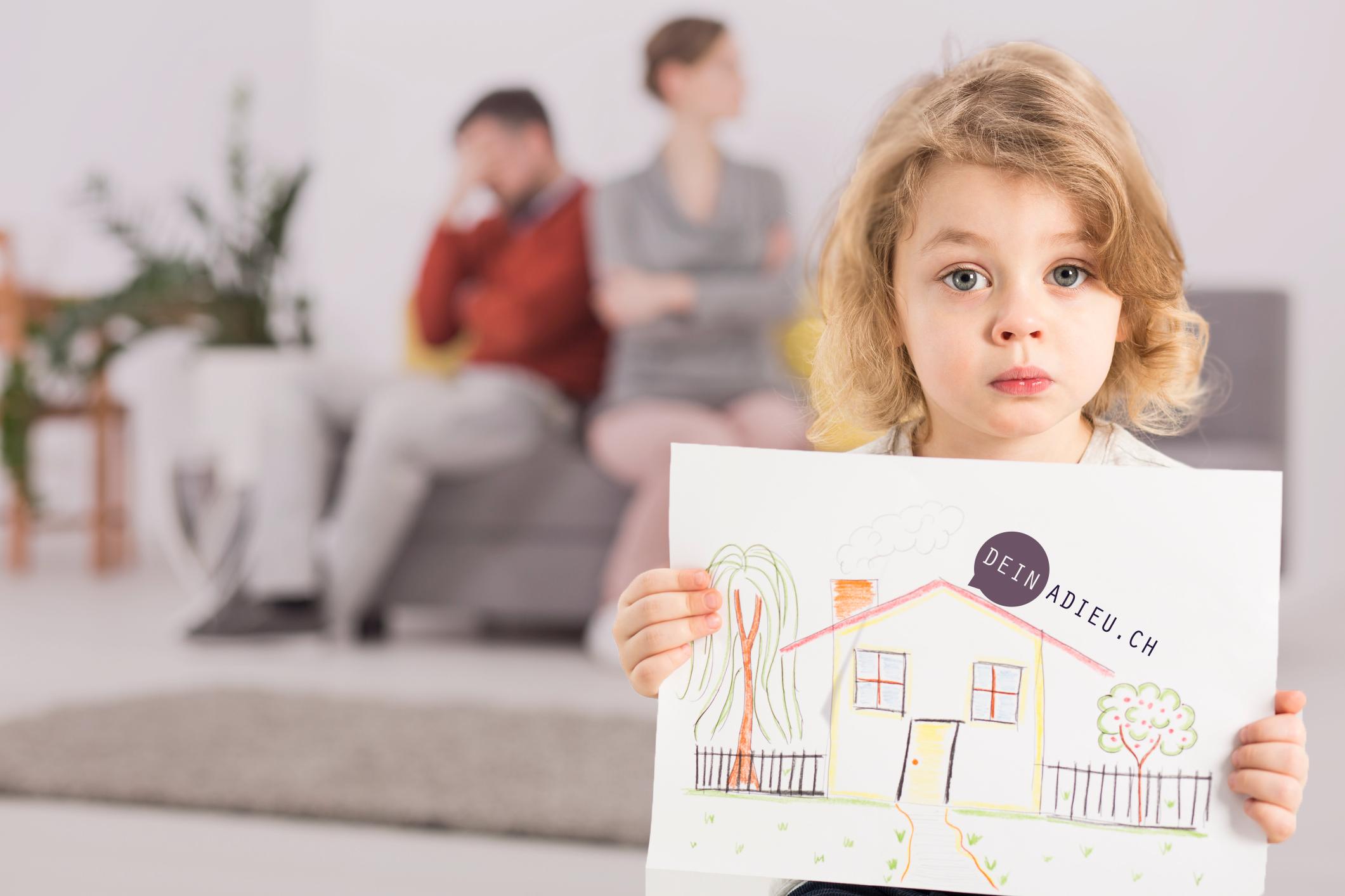 Eltern lassen sich scheiden. Mädchen sitzt traurig im Vordergrund und zeigt ein Bild.