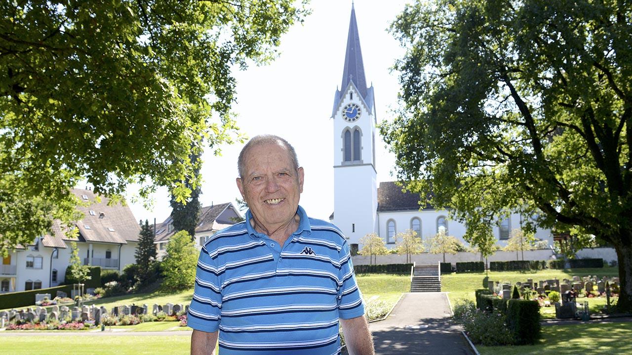 Dieter Förster vor der ref. Kirche Bauma
