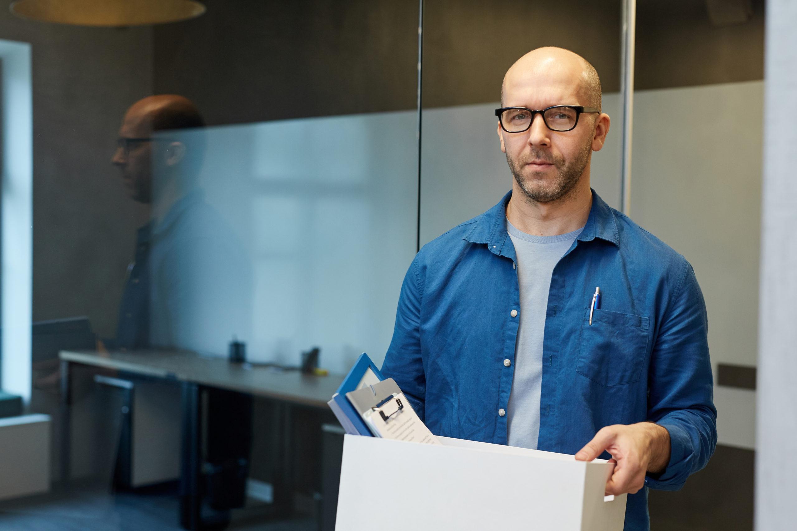 Mann hinterlegt seine Patientenverfügung und seinen Vorsorgeauftrag in einer Box zu Hause.