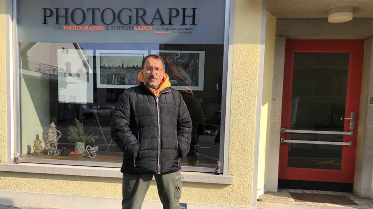 Ueli Hiltpold vor seinem Photographie & Schwatzladen in Belp BE