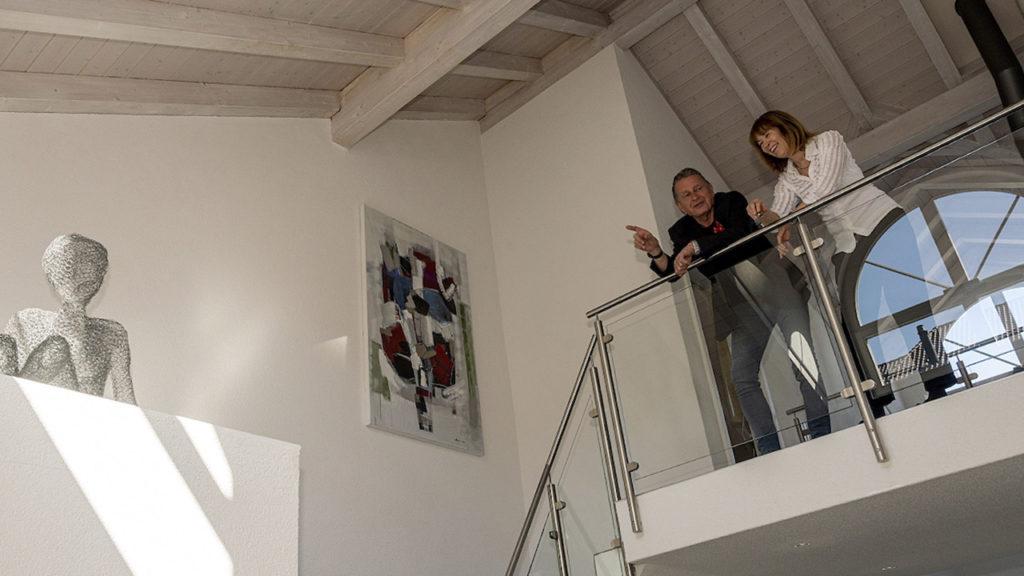 Therese Junker, freiwillige Flüchtlingshelferin und Martin Schuppli, Autor DeinAdieu