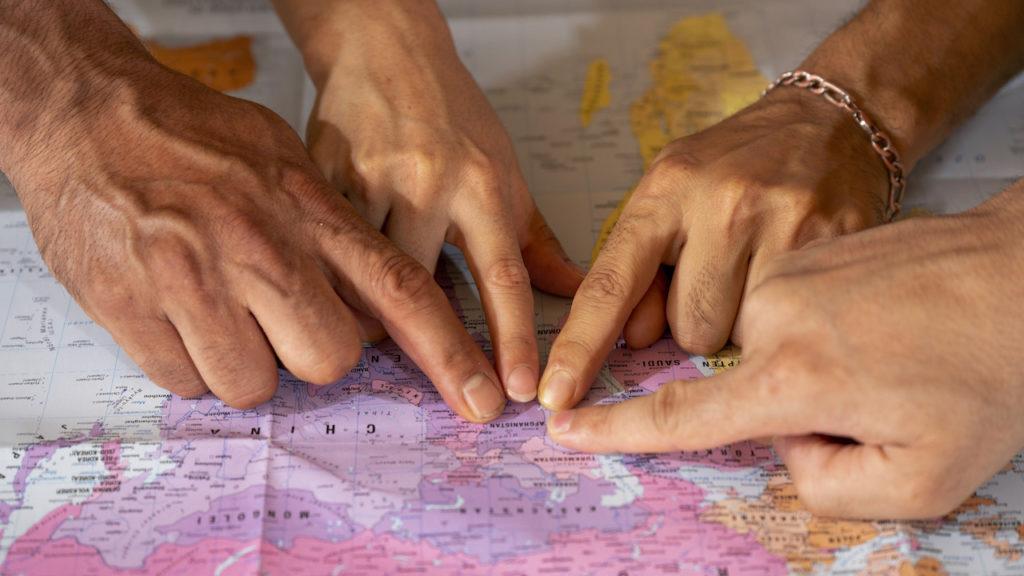 Finger zeigen auf Landkarte Afghanistan